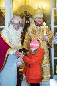 Святий Миколай у церкві після літургії